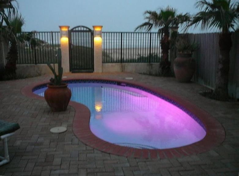 Private pool to the beach
