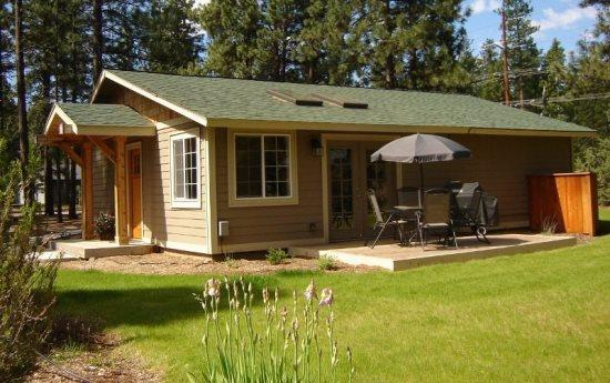 Sisters 2 bedroom vacation cottage with nice yard, deck furniture and BBQ