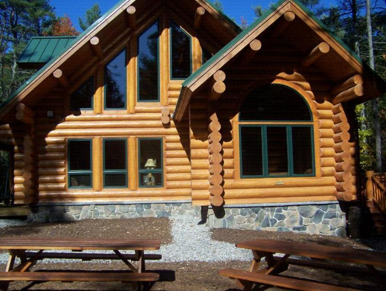 Big Bear Cabin with fire pit and picnic benches