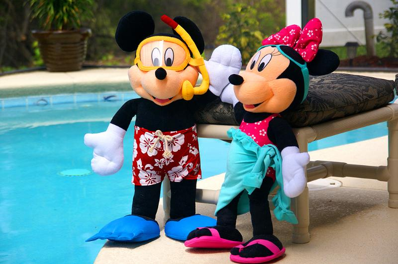 We're so close to Disney Minnie & Mickey are here!