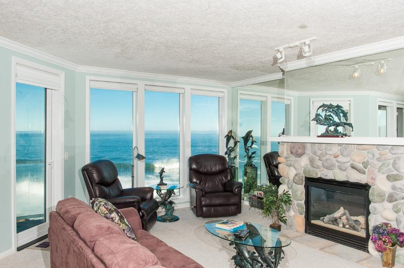 Comfortable Elegance with Amazing Oceanfront Views - Book now at www.KeystoneVacationsOregon.com - Beautiful Oceanfront Condo-HDTV/WiFi, Pool/Hot Tub - Depoe Bay - rentals