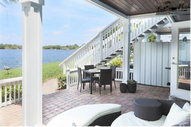 Fabulous outdoor entertaining are: dining set for 4 and outdoor bed/lounge