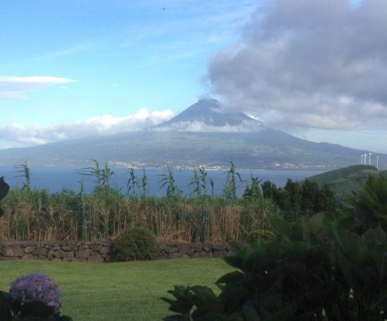 The fabulouse and everchanging view of Pico mountain and the sea from the beautiful front garden