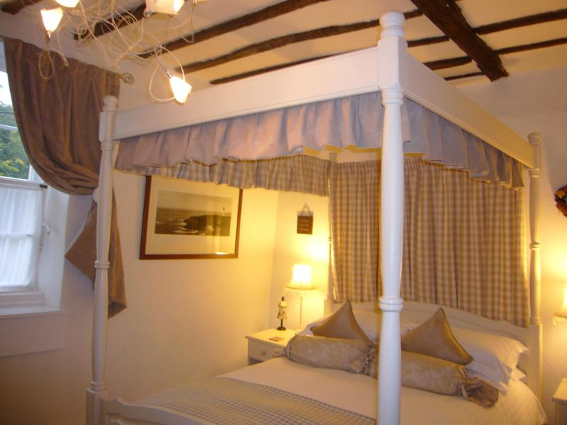 Stunning king four poster bed with sumptuous mattress...dream holiday cottage!