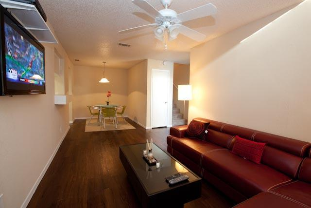 Comfy chase loung, 42' tv, fireplace, wood floors - Central Austin Townhome - Austin - rentals