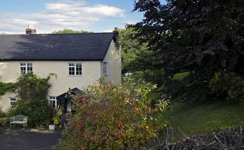 Beautiful 17th century farmhouse bed & breakfast - Image 1 - Cowbridge - rentals