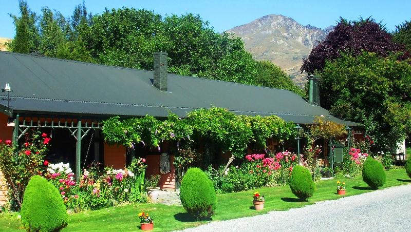 The Ferry with Remarkable Mountain backdrop - Ferry Guesthouse/Ski Lodge - Queenstown - rentals