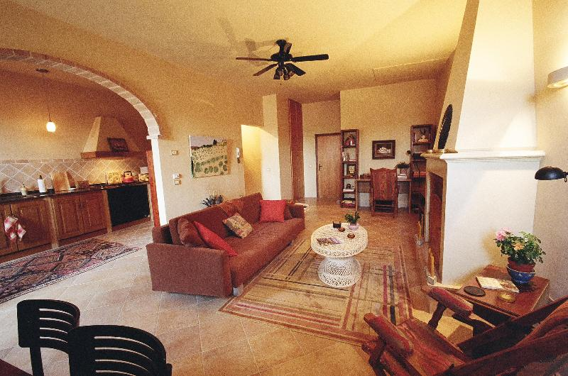 Charming apartment on Tuscany/Umbria border - Image 1 - Paciano - rentals