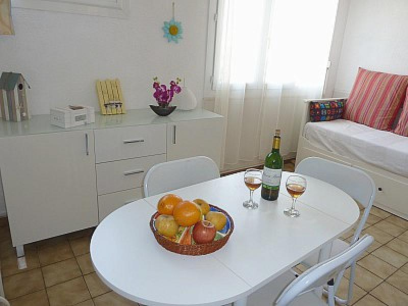 This lovely beachside studio has a cosy dining and living room. There is seating for six people, a s