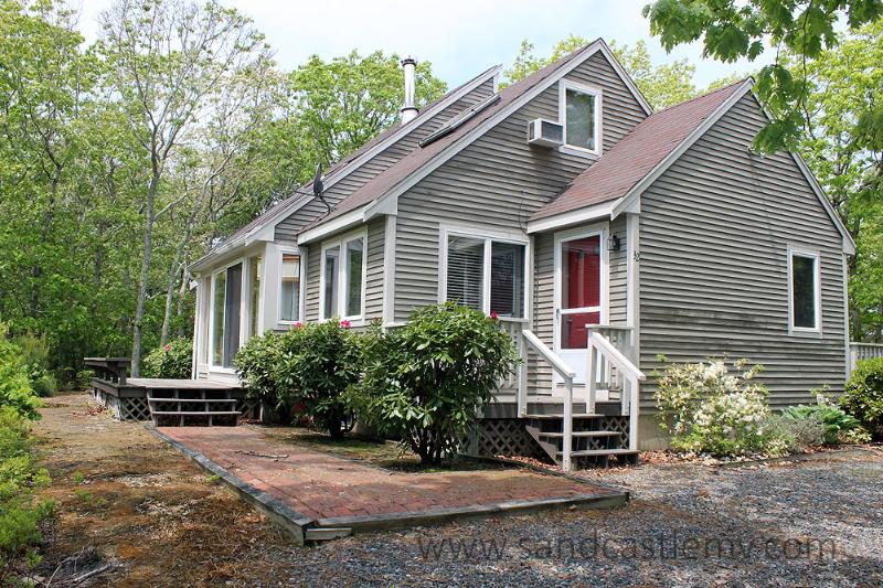 1556 - CHARMING CAPE WITH ASSOCIATION TENNIS - Image 1 - Edgartown - rentals