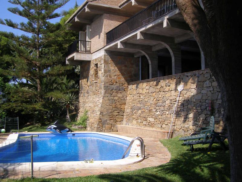 View of the villa & swimming pool from outside