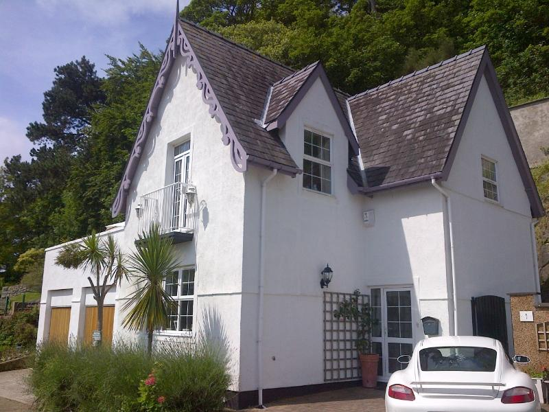 Luxury 2 bed cottage, stunning views overlooking Llandudno Bay, only a 5 minute walk to town centre