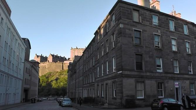 This 3rd floor apartment is just a stones throw from Edinburgh Castle.
