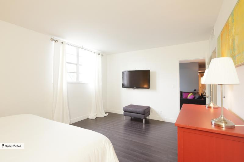 The main suite. Full of space. Includes a dressing room and a 55' Led TV.