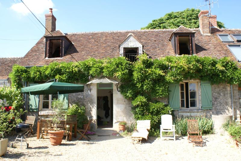 Maison Doiseau in sunny courtyard with table and sun loungers, BBQ quiet location near Chenonceau