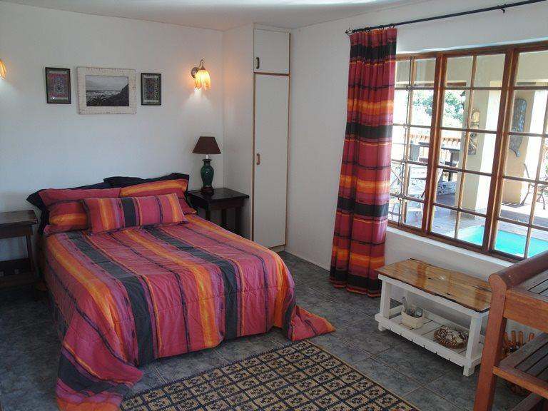 Main en suite bedroom with view  - Hillsview self catering Holiday Home with a view - Jeffreys Bay - rentals