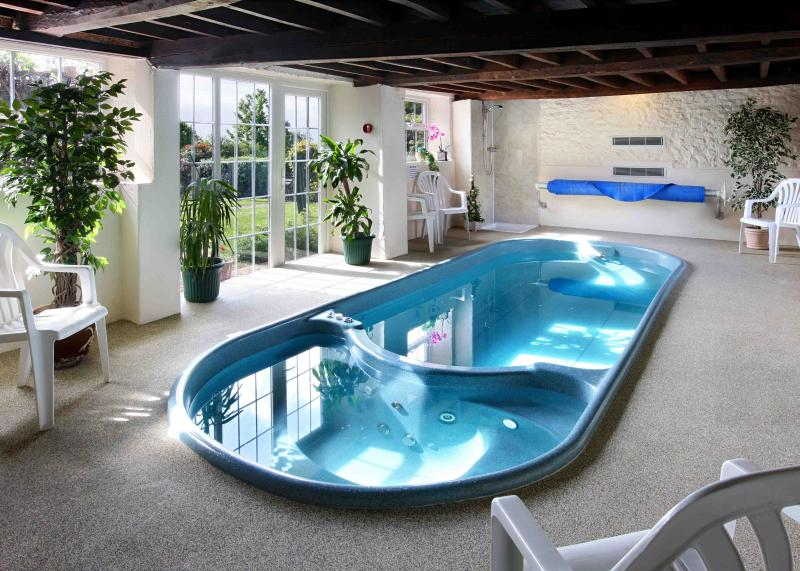 INDOOR SWIMPOOL/HOT TUB