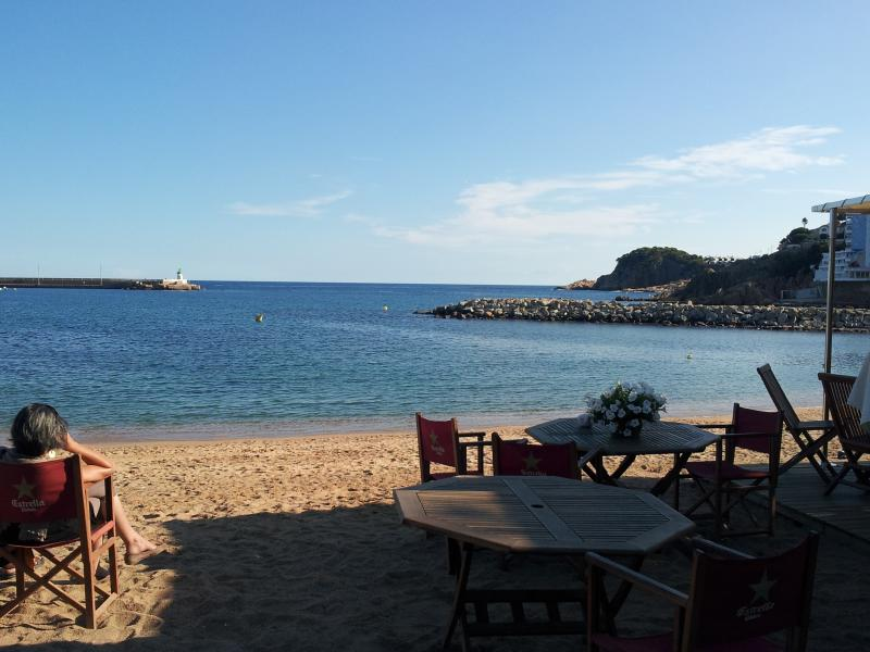 Lovely beach side bar, snacks,meals or just drinks.Very comfortable.