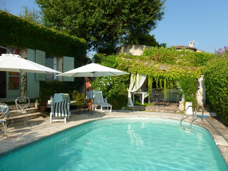 Beautiful pool terrace for outside dining, relaxing.. pool house with BBQ, pano views