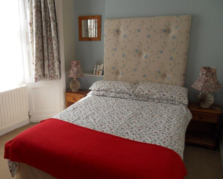 Light and airy double bedroom, bay window & freeview TV