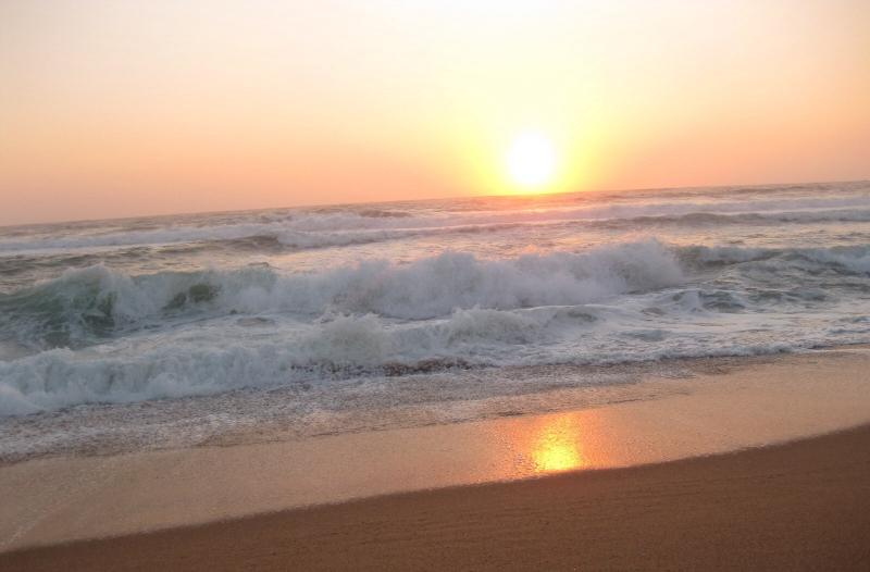 Sunrise at the beach and ALIWAL Shoal right in front of the villa. 2 minute walk to the beach.