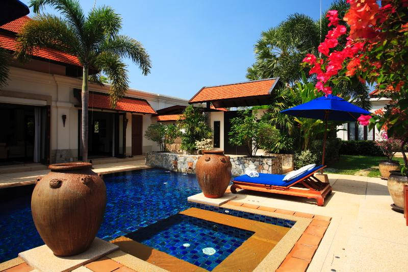 Private 10m Pool & Jacuzzi, with water fountain feature