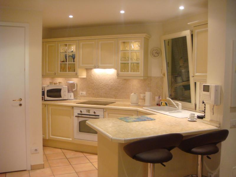Bright fully fitted kitchen