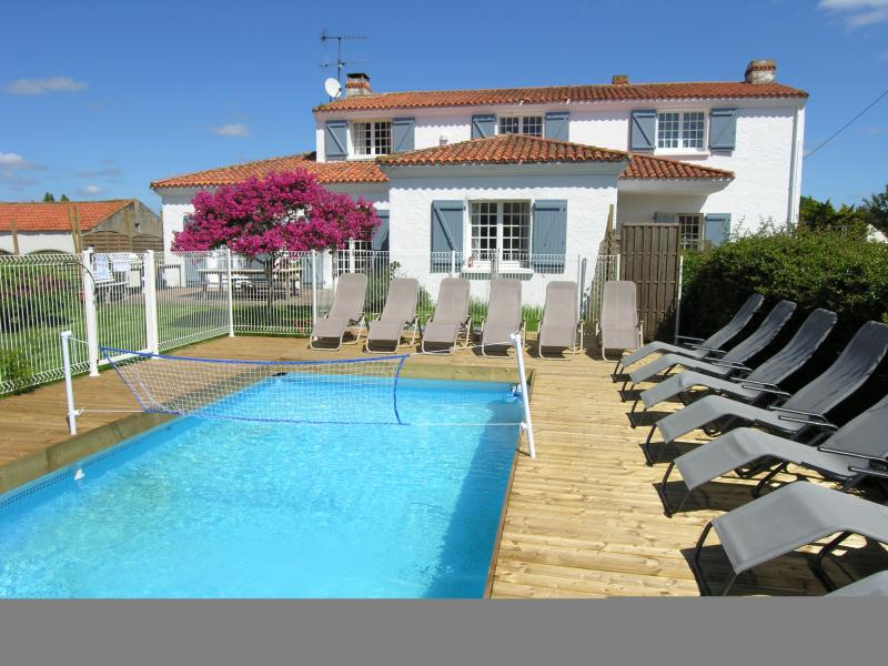 6 bedroom villa with private heated & fenced swimming pool