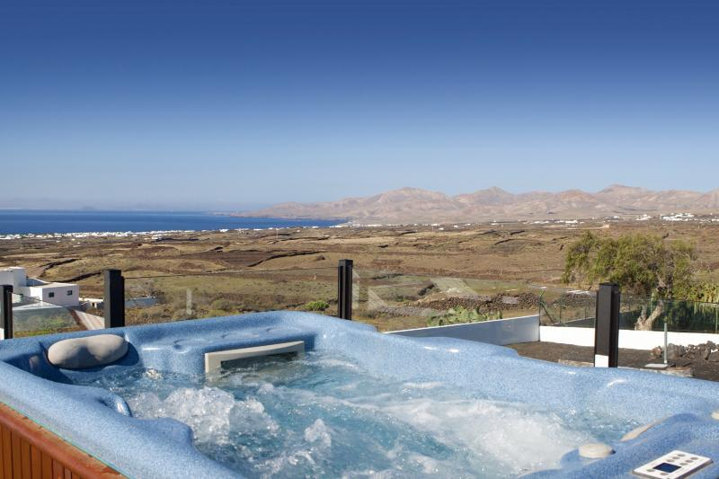 Jacuzzi_with_sea_and_mountain_views