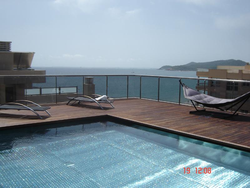 Shared infinity roof top pool