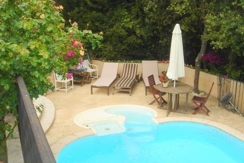 Private pool with 'exercise current' & small jacuzzi!