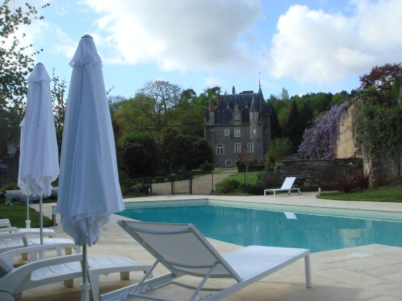 Swimming Pool and gardens. : 15m heated pool with cover out of season, tennis court, private garde