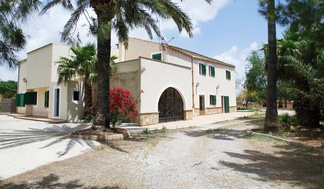 Villa with 50.000m2 of land in pretty Majorcan countryside. 4 bedroom and 3 bathroom.