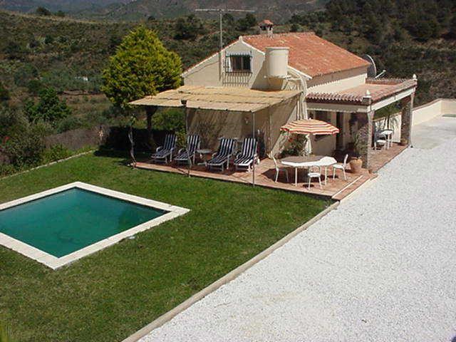 Villa with large enclosed garden & pool