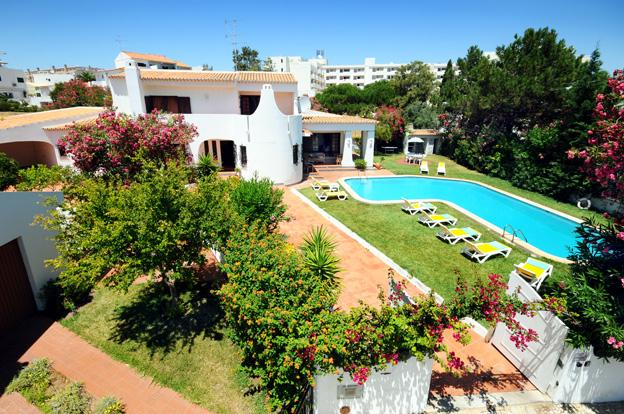 Villa With Pool and Lawn area