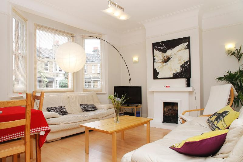 Large, airy lounge which has plenty of space for 6 in comfort