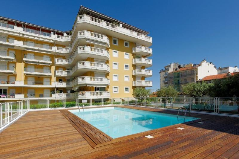Lovely pool - great location only 50 meters also to beach