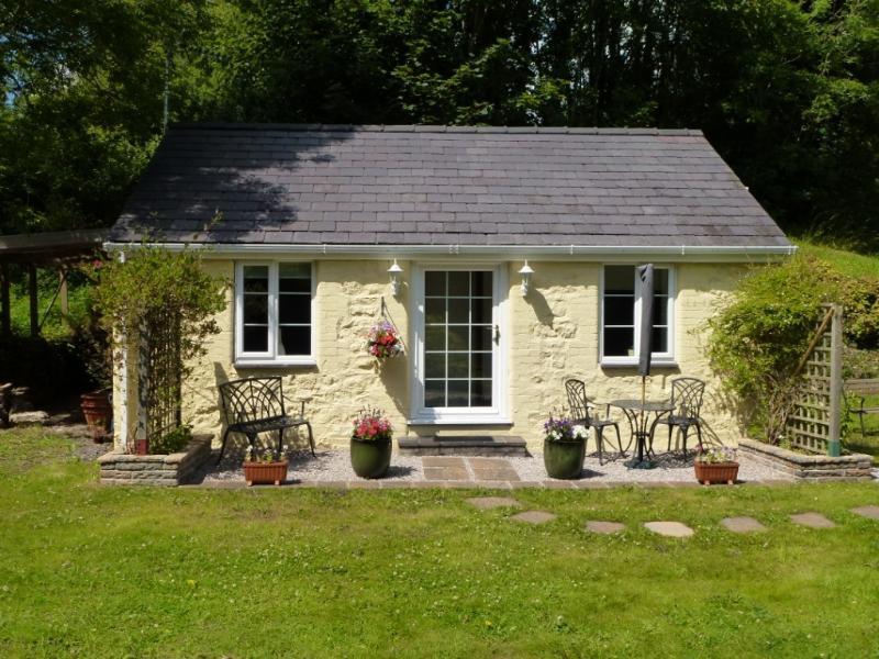 Tyddyn Sydney Bach 5* Holiday Cottage - just for two - between mountains and sea