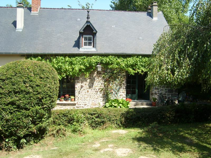 front of cottage from garden