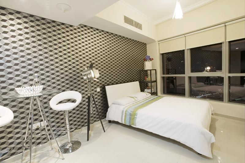 Stylishly furnished apartment at the heart of Dubai Marina. Less than 5 mins walk to the beach :)