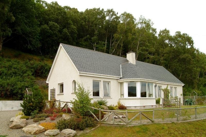Beautiful Braeside Cottage with panoramic views over Loch Ness