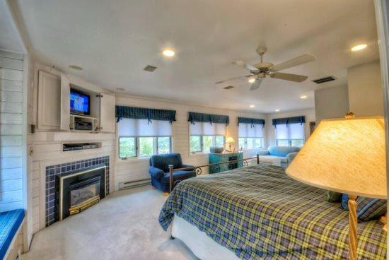 Extra Large Master Bedroom, Flat Screen TV, Private Bathroom, Gas Fireplace