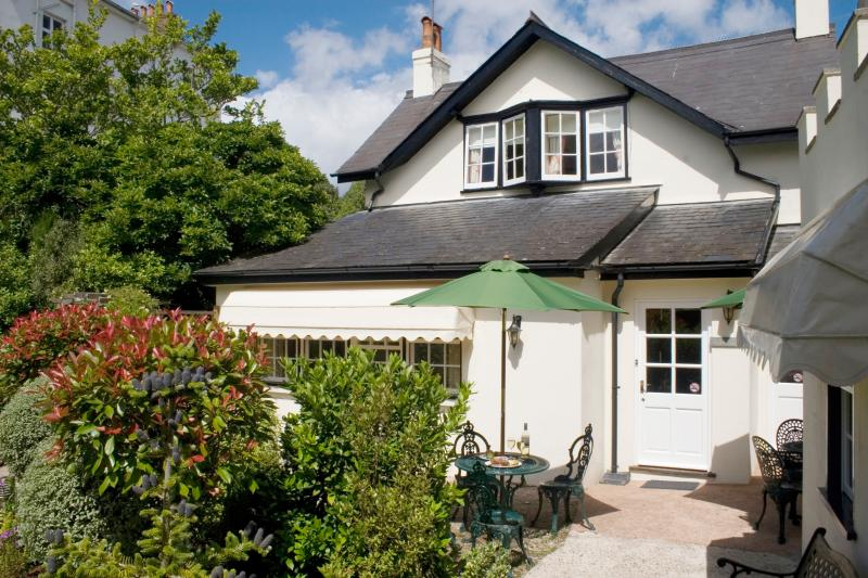 Magnolia Cottage has 3 en-suite bedrooms suitable for up to 6 persons