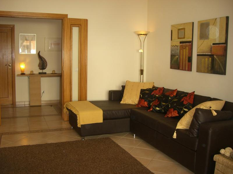 Entrance hall & lounge with double sofa bed, free WIFI & flat screen TV