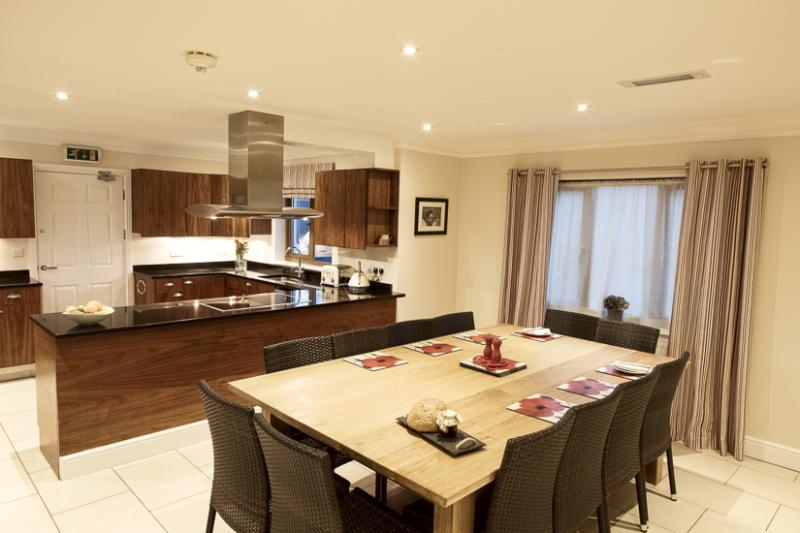 Large kitchen & dining area to fit up to 16 guests.