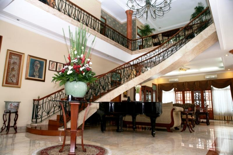 A spectacular circular staircase leads to the second level of this B&B