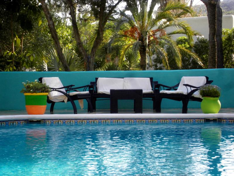 Sitting area outdoors with the swimming pool next to it