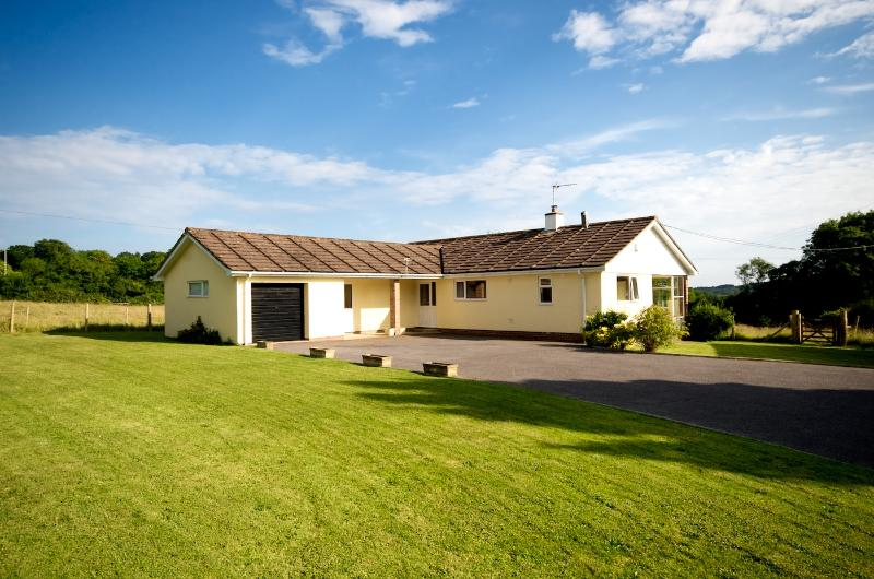 Goodlands with gardens - 6 acres of meadow - excellent Wi Fi - near pub, bus & shop