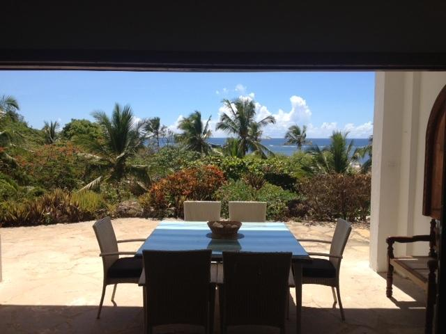 Dining on terrace overlooking pool and Indian Ocean