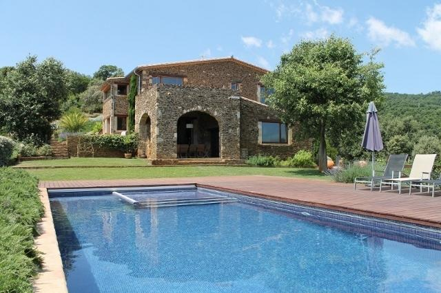 Stunning infinity pool and back of house with arched eating area